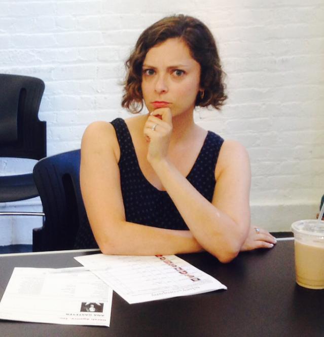 Rachel supervisant les auditions pour le pilote de Crazy Ex-Girlfriend