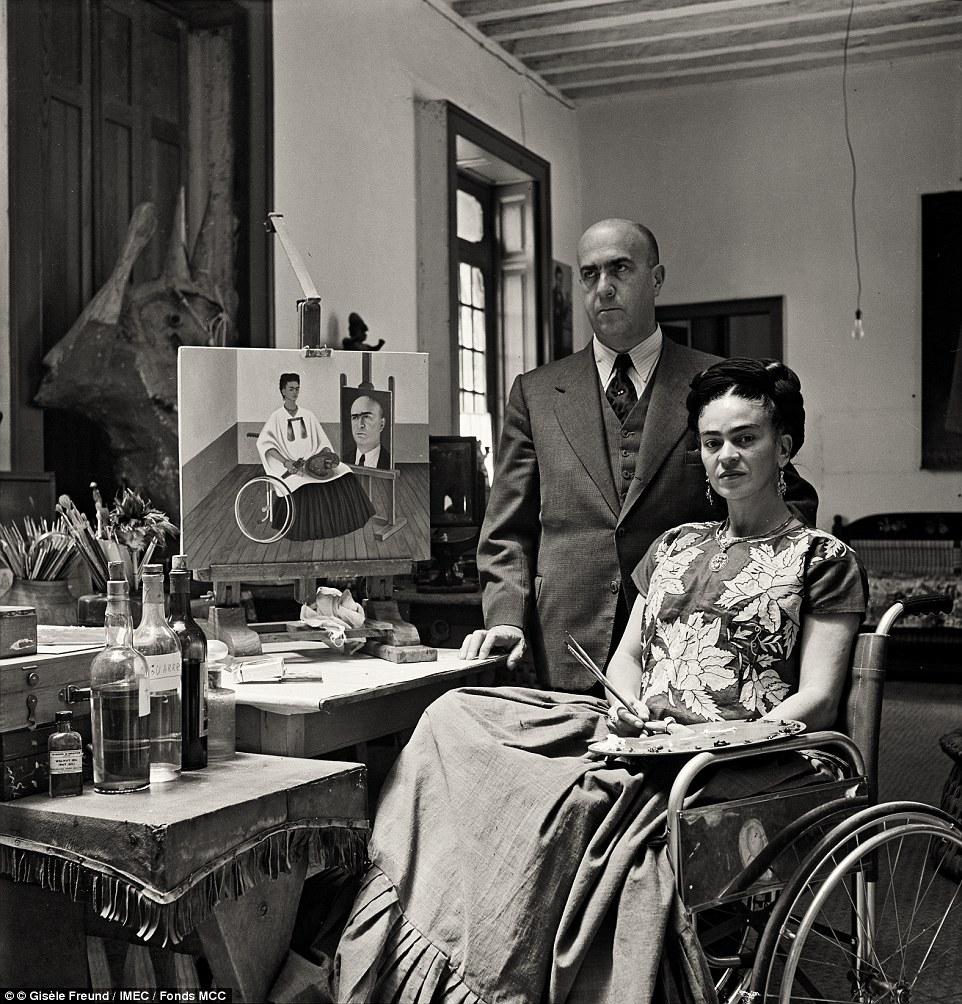 Frida_Kahlo et le Docteur Juan Farill, photographiés chez elle, (1951) © DR