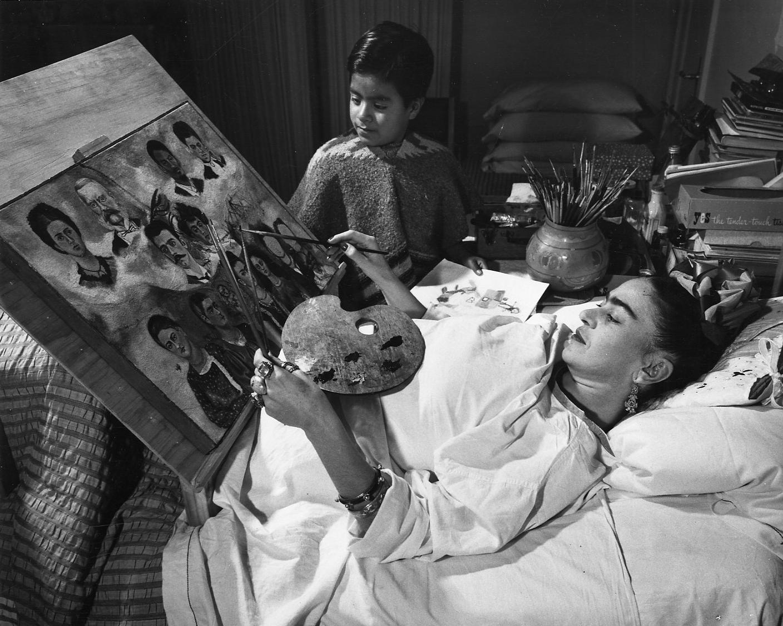 Frida Kahlo en train de peindre dans son lit, DR ©