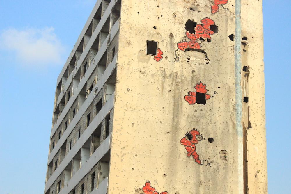Un immeuble abandonné du centre-ville, criblé d'impacts datant de la guerre civile, sert de canevas pour les street artists de Beyrouth. © Aya Iskandarani