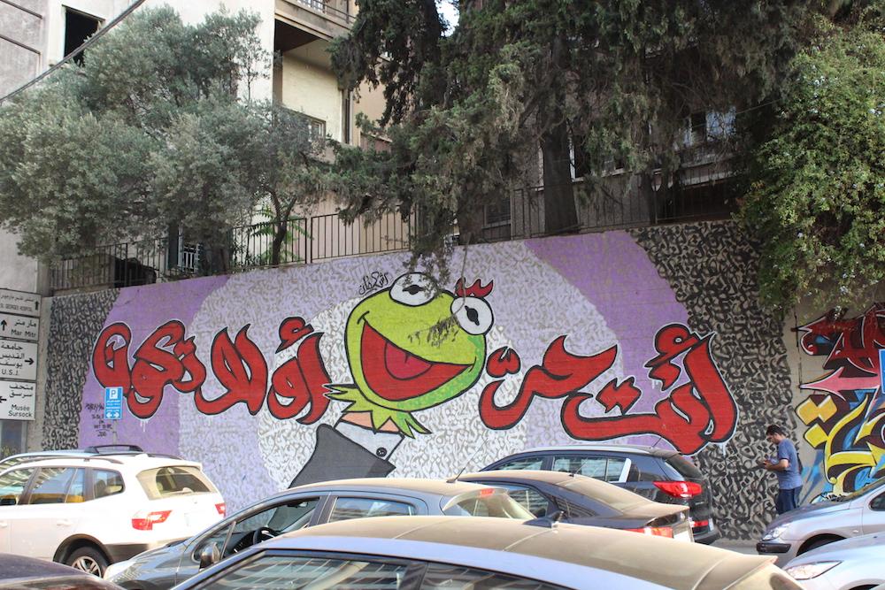 « Tu es libre ou tu n'es pas », graffiti des frères Ashekman qui sont, entre autres, rappeurs, street artists et entrepreneurs. Ils ont lancé leur propre ligne de produits dérivés. © Aya Iskandarani