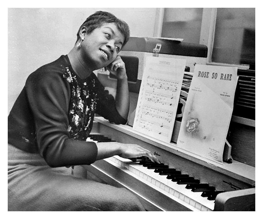Sarah Vaughan jouant du piano, le 7 avril 1958 © Bettmann/CORBIS