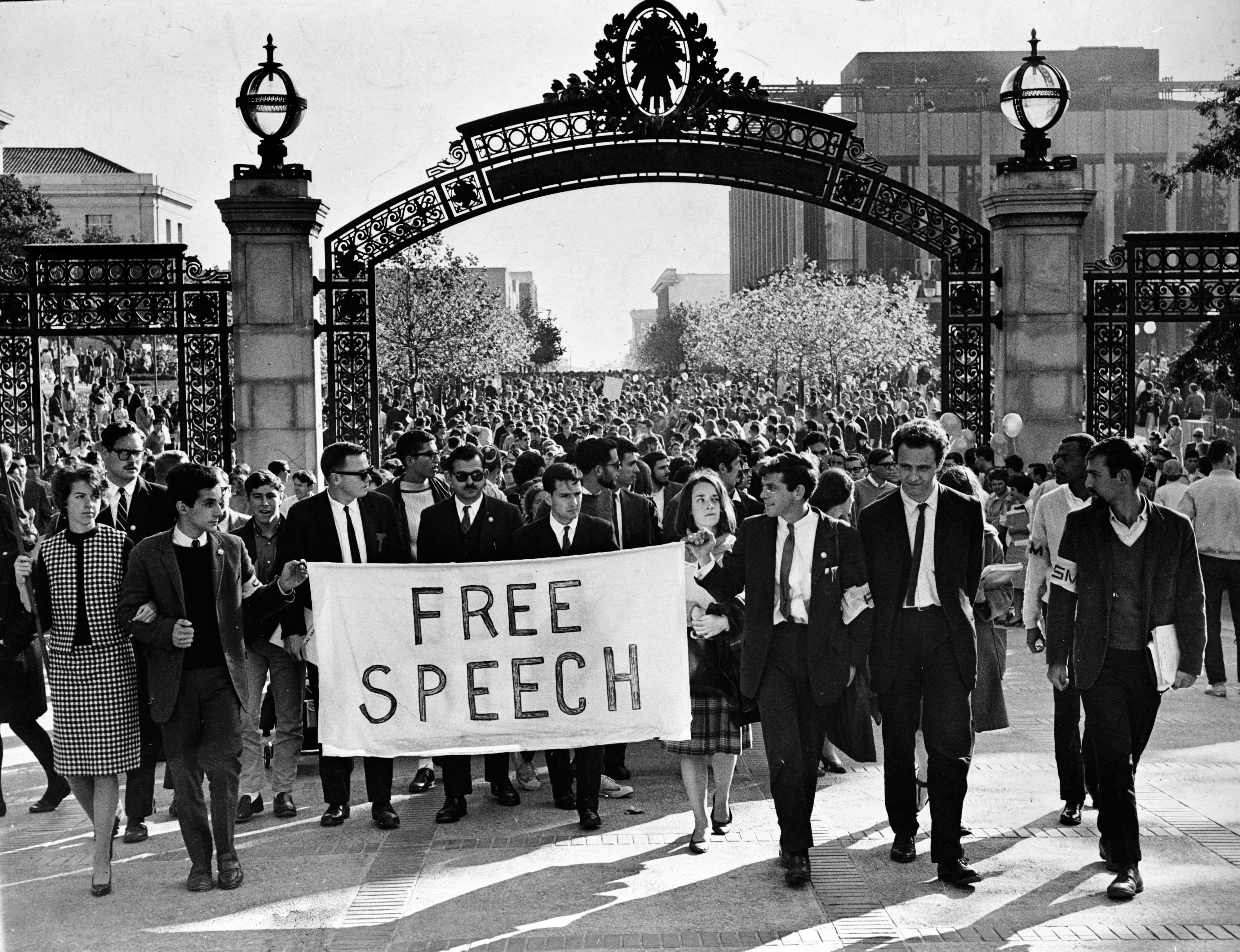 Mario Savio, leader du mouvement pour la liberté d'expression et un groupe de manifestants se dirigeant vers l'université de Berkeley en Californie, 20 novembre 1964 © Chris Kjobech - Collection du Oakland Museum of California / The Oakland Tribune Collection