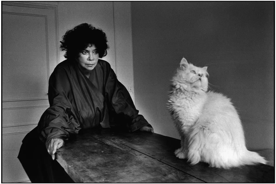 Leonor Fini chez elle, à Paris, photographiée par Martine Franck, 1981 ©