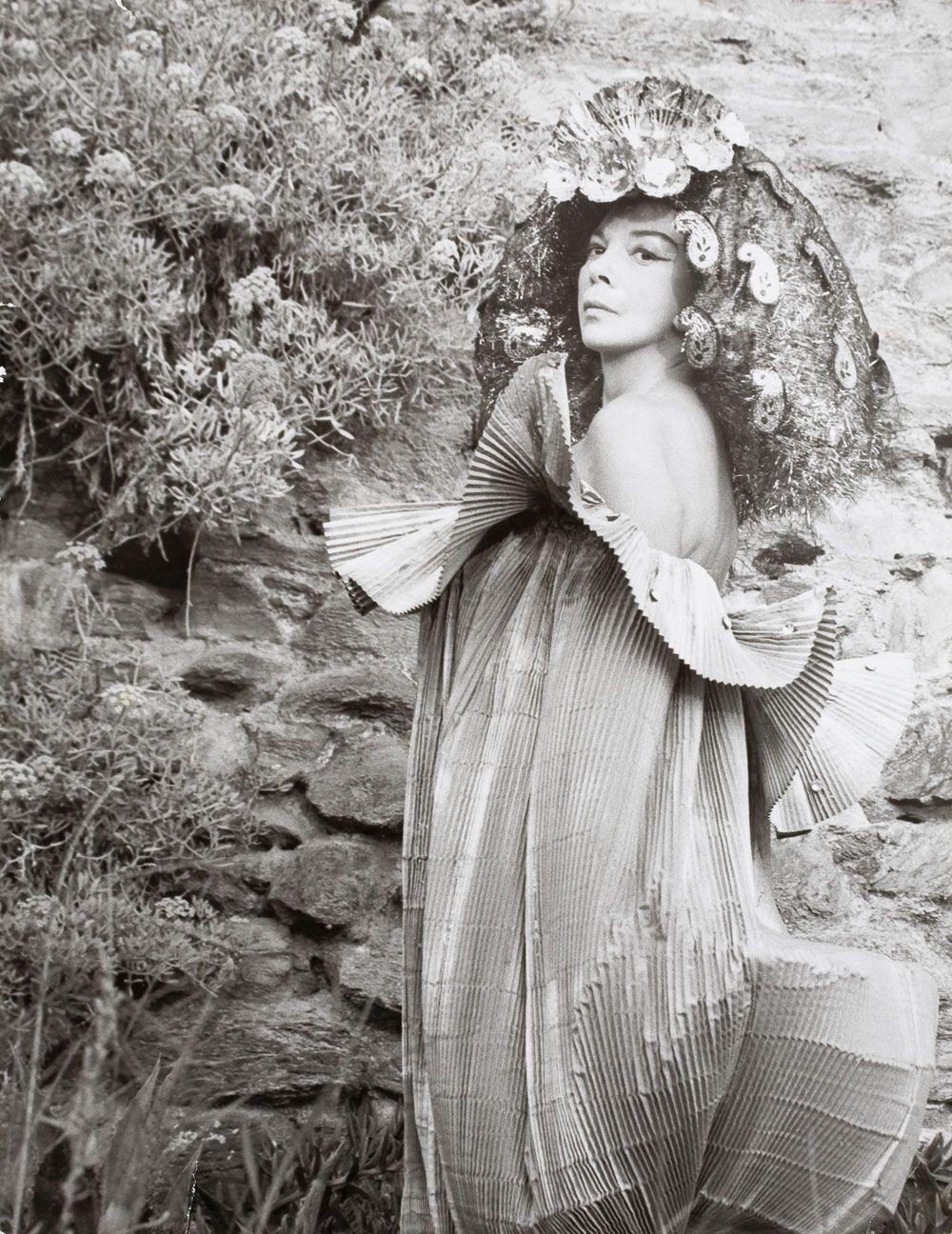 Leonor Fini au monastère de Nonza en Corse, photographiée par Eddy Brofferio, 1965