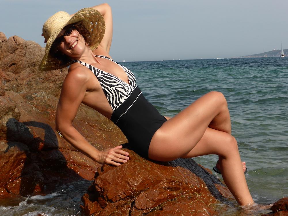 Non seulement Corinne Maier est une auteure prolifique, mais elle porte aussi magnifiquement le chapeau de paille.
