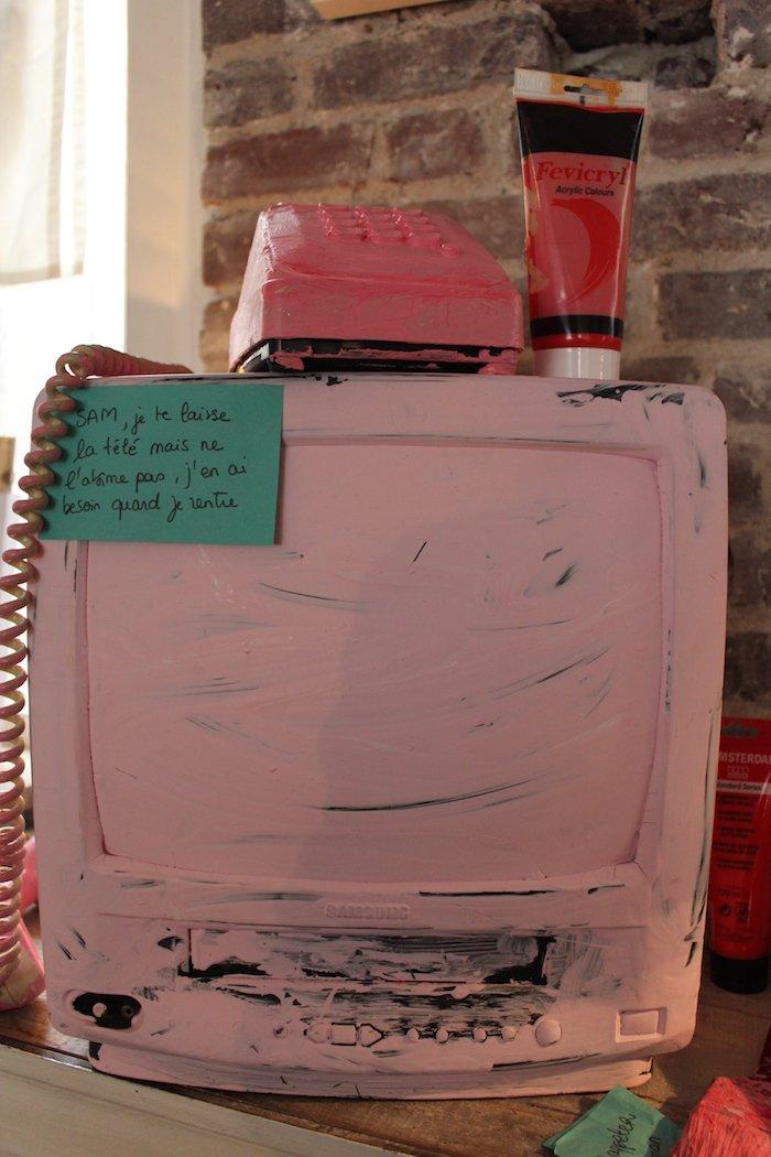 Pia : « J'ai décidé de peindre ma télévision en rose parce que ça ne m'intéresse plus ce qui se passe à l'extérieur. Trop d'horreur, trop de peur, etc. » © Louise Pluyaud