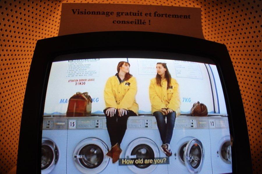 Anaïs Volpé apporte une grande importance aux objets. Le k-way jaune revient très souvent dans la série. « Je trouvais ce vêtement esthétiquement sympa, explique-t-elle. Et puis, mettre un k-way dans une laverie, c'est plutôt drôle. Aujourd'hui dans les grandes villes, il y a des jeunes de 30 ans qui n'ont toujours pas de machine à laver. Moi perso ça fait dix piges que je vais au lavomatique. Plutôt que de s'en plaindre, j'ai voulu en faire une mise en scène comique. » © Louise Pluyaud