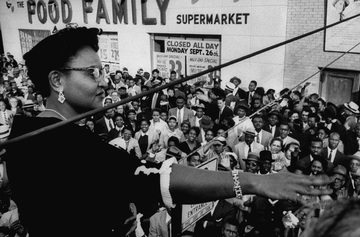 Mamie Bradley s'adressant à un rassemblement de personnes contre le lynchage après l'acquittement des hommes accusés d'avoir tué son fils, Emmett Till, en 1955 © Grey Villet—The LIFE Picture Collection/Gett