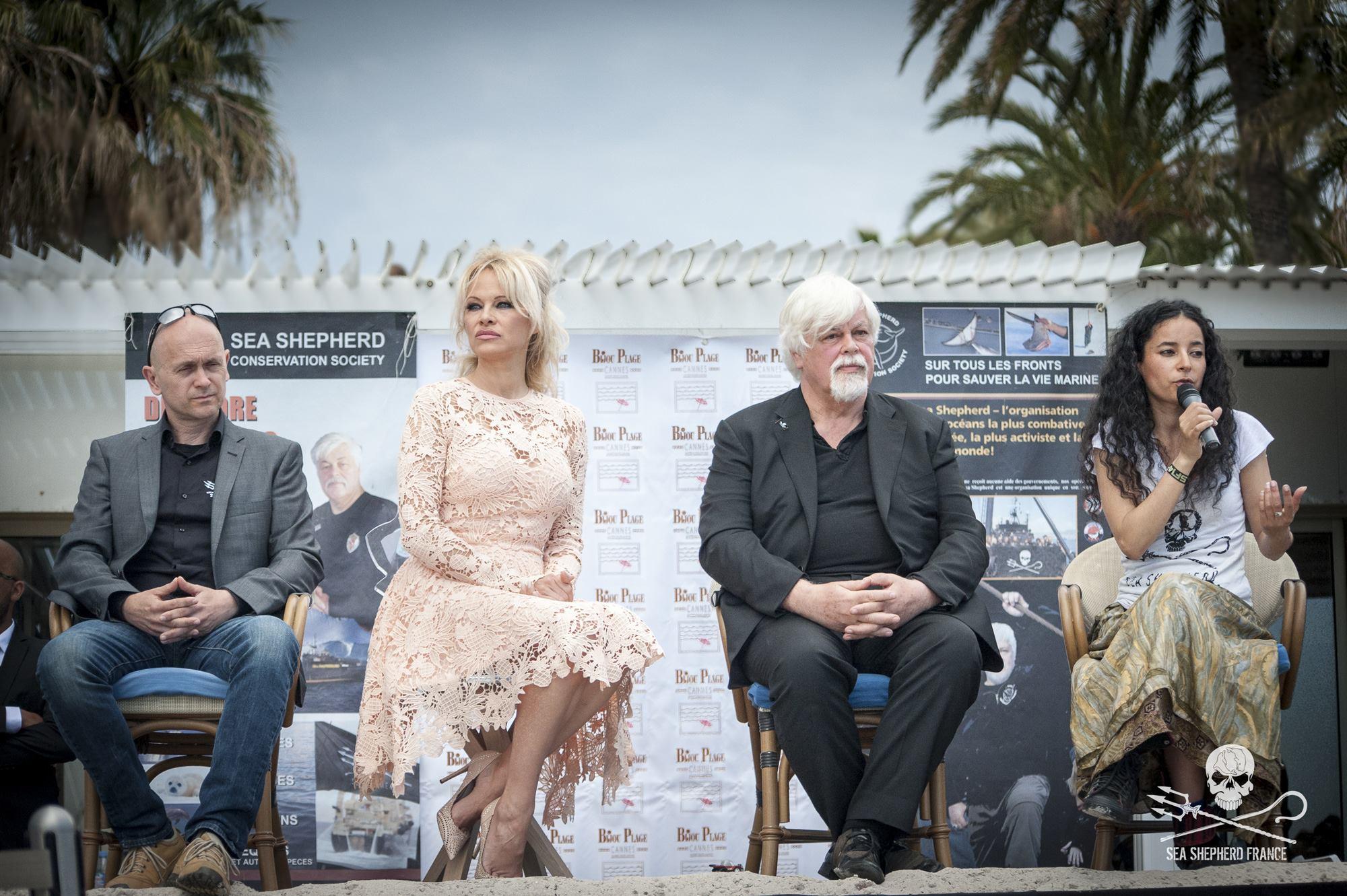 De gauche à droite : Alex Cornelissen (Directeur de Sea Shepherd), Pamela Anderson, Paul Watson (fondateur de Sea Shepherd) et Lamya Essemlali présentent le Tilikum Tank à Cannes pendant le festival.