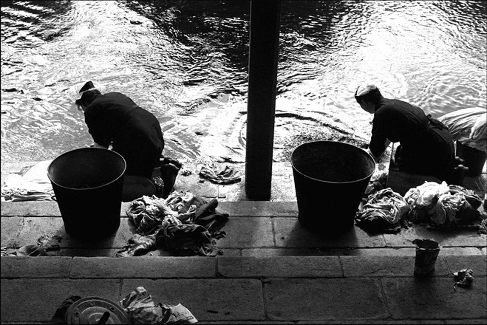 Les lavandières Bretagne, 1954 © Sabine Weiss