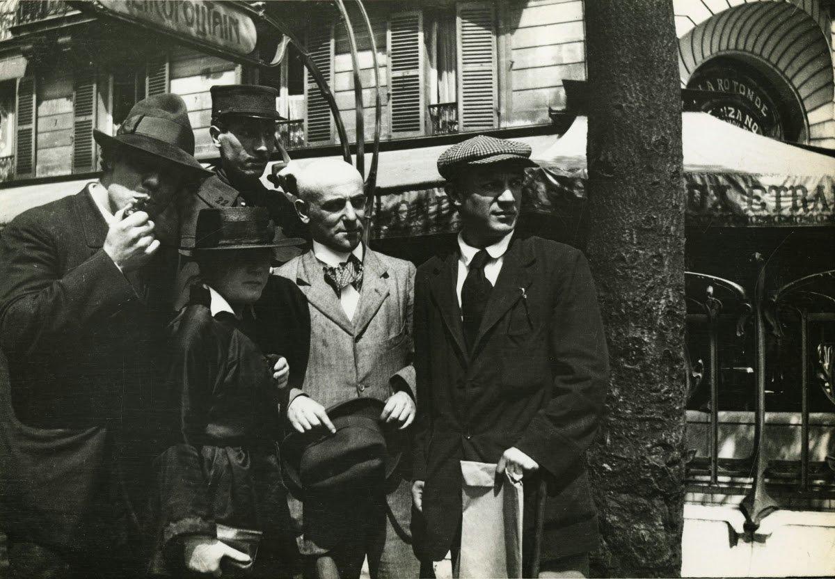 Manuel Ortiz de Zárate, Henri-Pierre Roché (en uniforme), Marie Vassilieff, Max Jacob et Pablo Picasso.