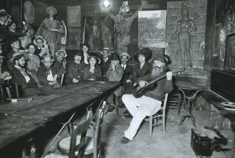 Le Cabaret du Lapin Agile, à Montmartre. Une quantité d'artistes sont réunis sur cette image (entre autres : Poulbot, Dufy, Barrère, Neumont, le père Frédé à la guitare) © Albert Hardingue, vers 1905.
