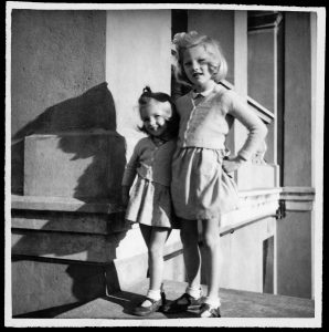 Charlotte Rampling et sa sœur Sarah. © DR